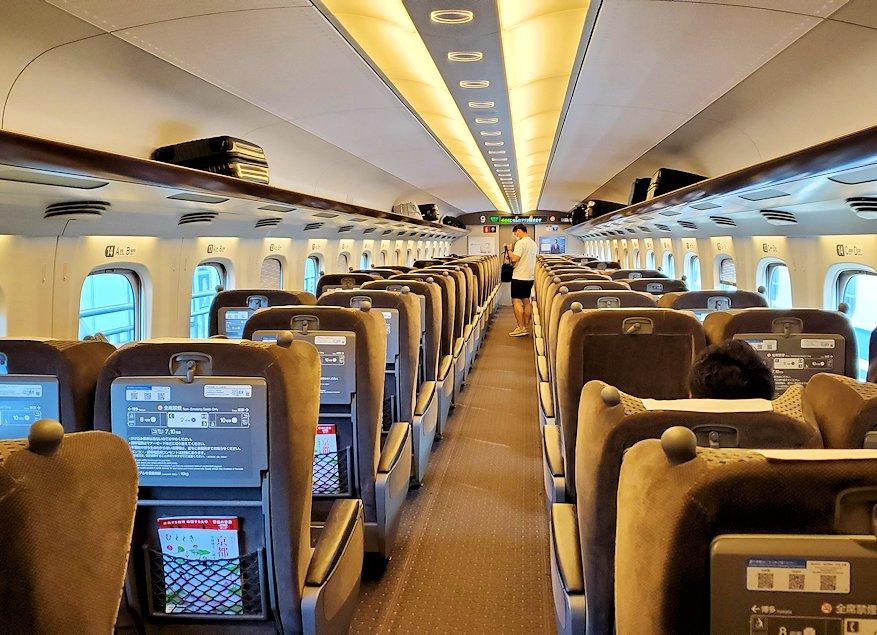 新大阪から北九州へ向かう新幹線グリーン車の車内の景色-3