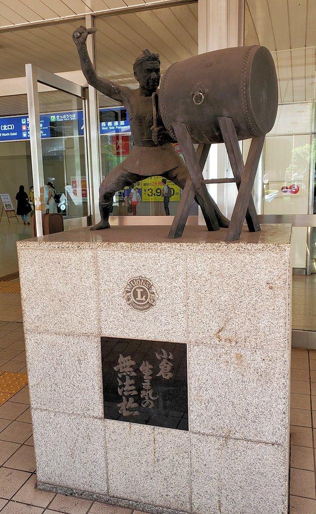 新大阪から北九州へ向かう新幹線で小倉駅に到着し、その北口にある祭太鼓の像