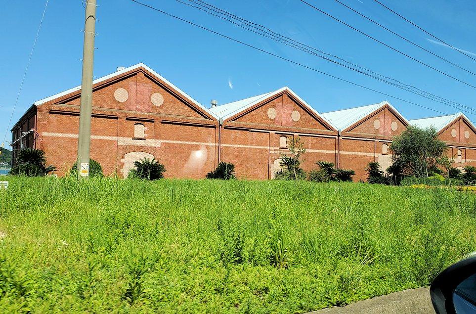 北九州市小倉駅から、門司港付近へと向かう車の中から見えた「ニッカウヰスキー 門司工場」の景色
