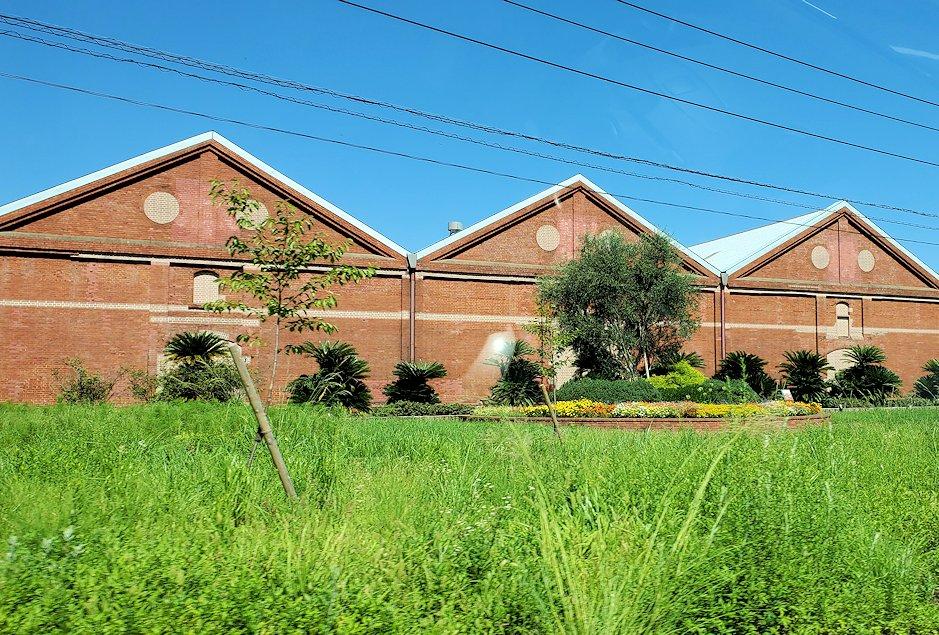 北九州市小倉駅から、門司港付近へと向かう車の中から見えた「ニッカウヰスキー 門司工場」の景色-2