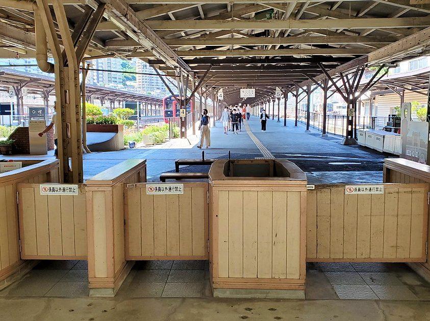 北九州市門司港にある、門司港駅の構内にあるレトロな改札-2