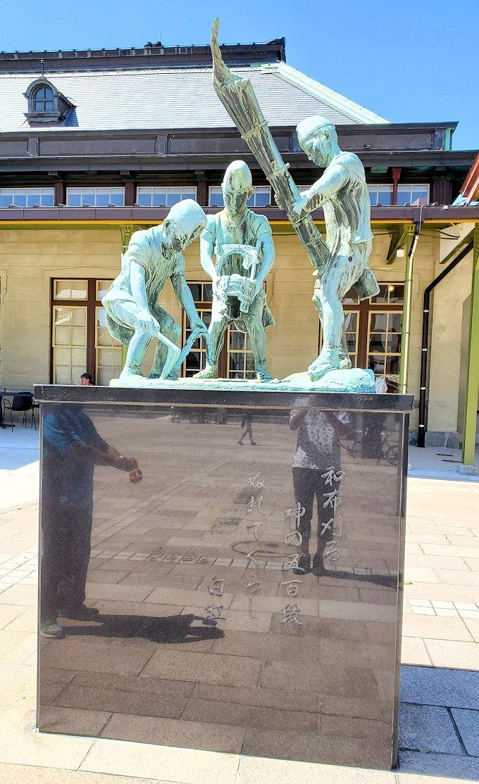 北九州市門司港にある、門司港駅前の広場に設置されている和布刈神社の行事の様子を表した銅像