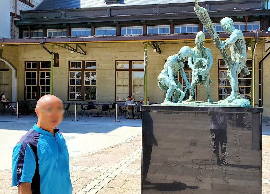 北九州市門司港にある、門司港駅前の広場に設置されている和布刈神社の行事の様子を表した銅像-2