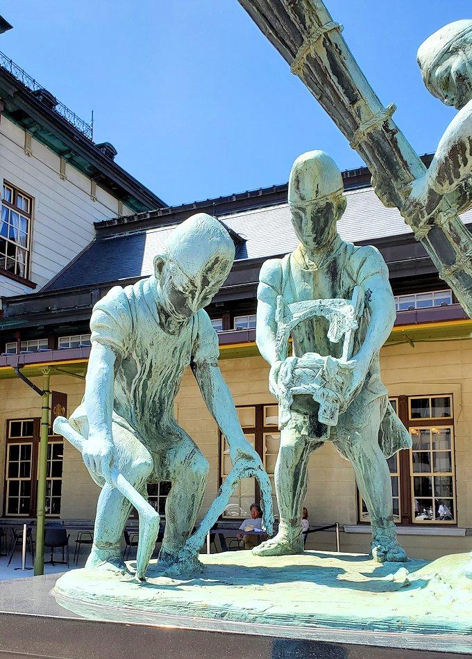 北九州市門司港にある、門司港駅前の広場に設置されている和布刈神社の行事の様子を表した銅像-3