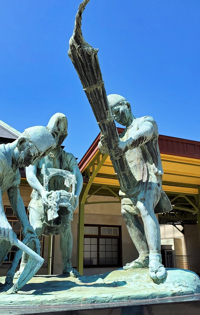 北九州市門司港にある、門司港駅前の広場に設置されている和布刈神社の行事の様子を表した銅像-4