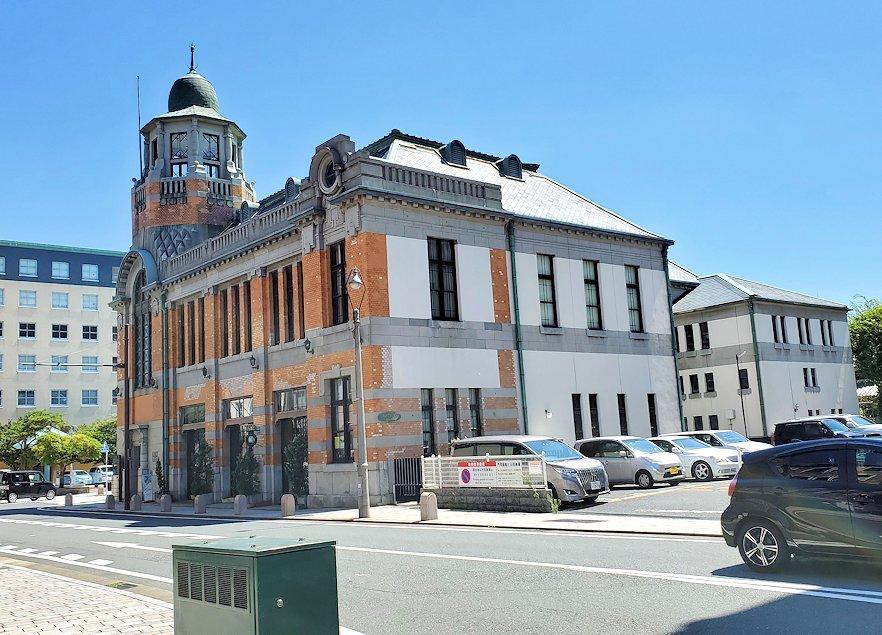 北九州市門司港にある、門司港駅前の広場から港の方に歩いたレトロな建物群