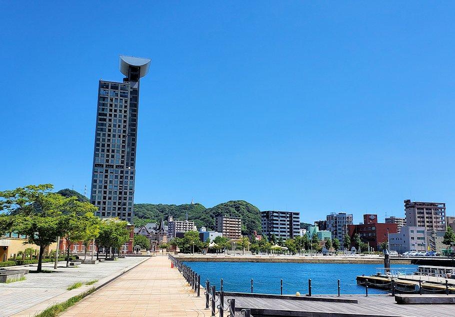北九州市門司港にある、門司港駅前の広場から港の方に歩いたレトロな建物群などがある