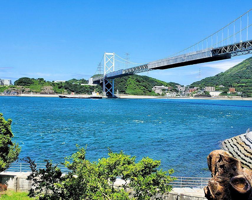 北九州市門司港から更に北に向かい、和布刈神社の鳥居をくぐって先に進んだ駐車場にあるノーフォーク広場の先に行くと見えてきた関門海峡と関門橋-2